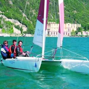 Idea regalo Lezione di vela per principianti – Lago di Garda a 69 €