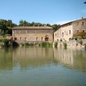 Idea regalo Soggiorno con ingresso terme per due – Toscana a 238 €
