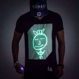 Idea regalo Interactive Glow T-Shirt  – Small a 24 €