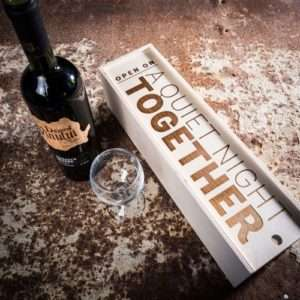 Idea regalo Scatole regalo per bottiglie – in legno – A Quiet Night Together a 9 €