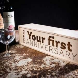 Idea regalo Scatole regalo per bottiglie – in legno – Your First Anniversary a 9 €